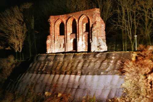 Trczensac-Kirchenruine-bei-Dunkelheit-k