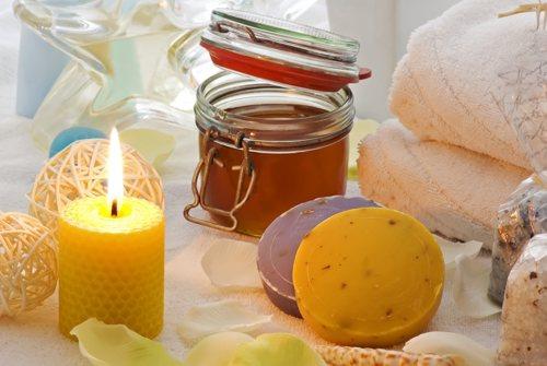 gelbe Kerze mit Glas-Öltopf